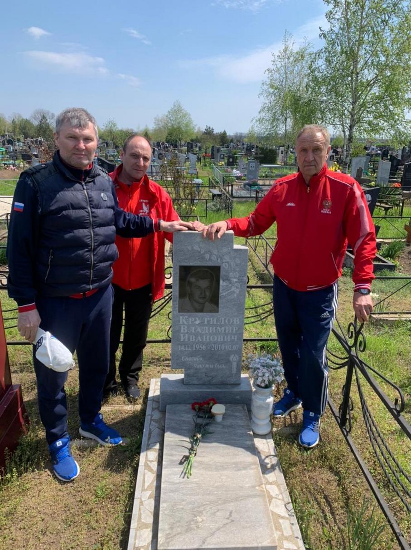 На могиле В. И. Крутилова 29.04.21 - 1.jpg
